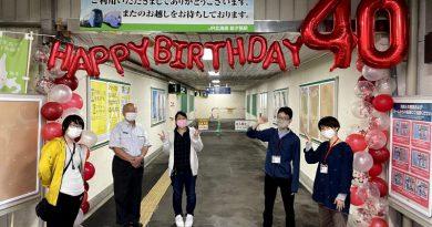 石勝線開通・新夕張駅開業40周年を記念し、新夕張駅に祝福の飾り付けを行っています